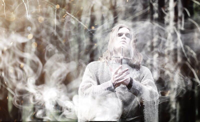 Czarodziejski magik Czarnoksiężnik z szklaną sferą, magiczny czary obrazy stock