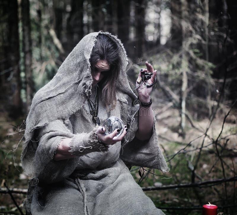 Czarodziejski magik Czarnoksiężnik z szklaną sferą, magiczny czary zdjęcia royalty free