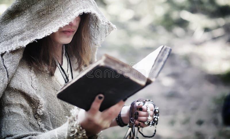 Czarodziejski magik Czarnoksiężnik z szklaną sferą, magiczny czary fotografia stock