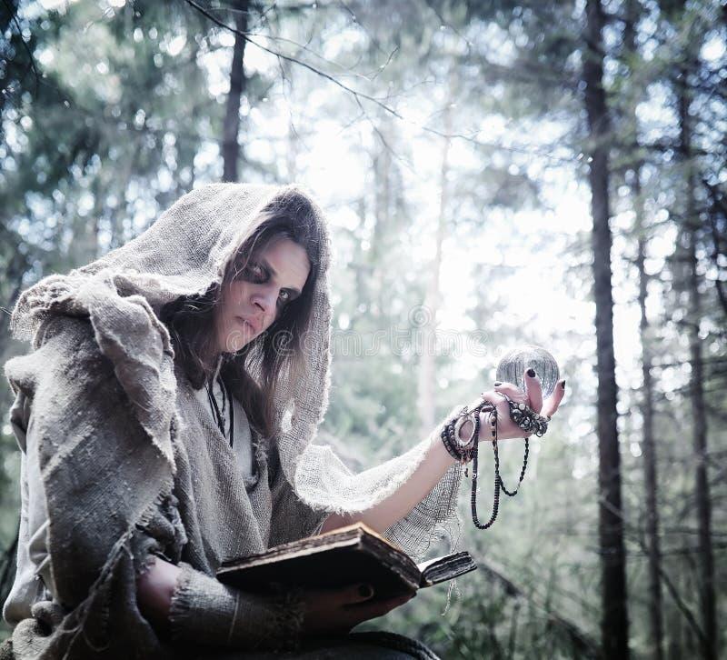 Czarodziejski magik Czarnoksiężnik z szklaną sferą, magiczny czary obraz stock