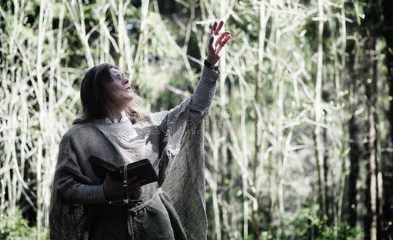 Czarodziejski magik Czarnoksiężnik z szklaną sferą, magiczny czary fotografia royalty free