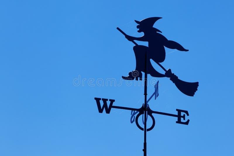 Czarownica na pogodowym broomstick vane fotografia royalty free