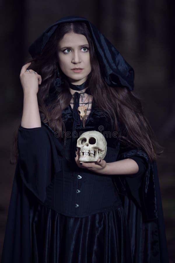 Czarownica z czaszką obraz stock