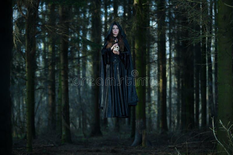 Czarownica z czaszką levitating fotografia royalty free