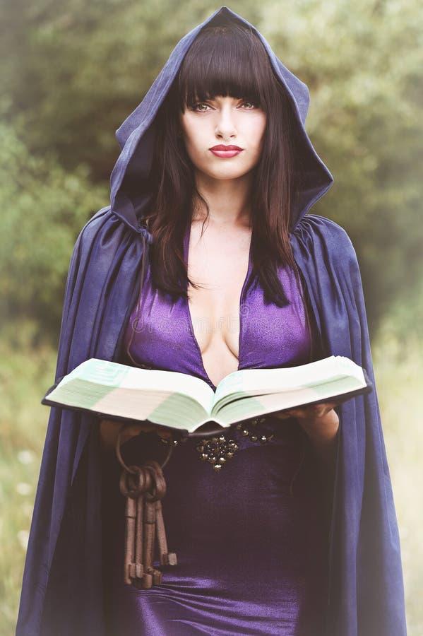 Czarownica z książką zdjęcie royalty free
