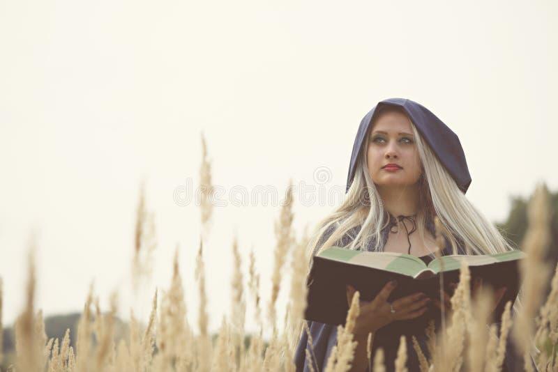 Czarownica z książką obraz royalty free