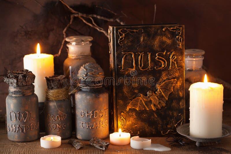 Czarownicy apothecary słojów magiczni napoje miłośni rezerwują Halloween dekorację obraz royalty free