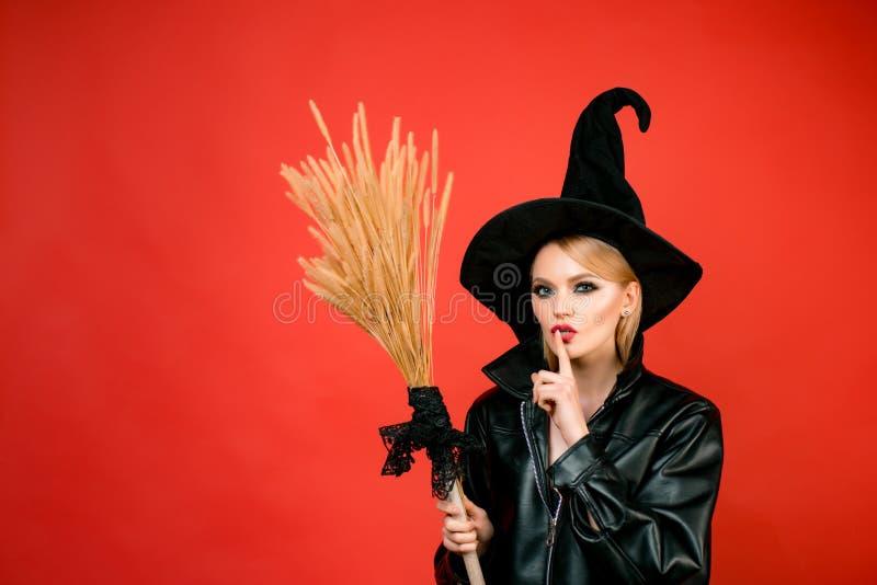 Czarownicy mienia broomstick lub miotła ecret Halloween Młode kobiety w czarnych czarownicy Halloween kostiumach na przyjęciu nad obraz stock