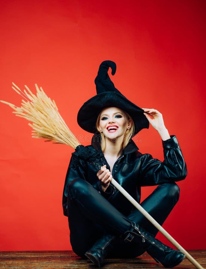 Czarownicy miot?a lub broomstick appy Halloween Szcz??liwa gothic m?oda kobieta w czarownicy Halloween kostiumu poj?cie kalendarz fotografia royalty free
