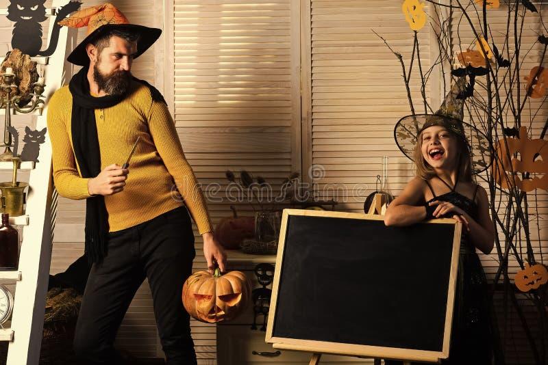 Czarownik i mały czarownica chwyta dźwigarki lampion Tata i córka obraz royalty free