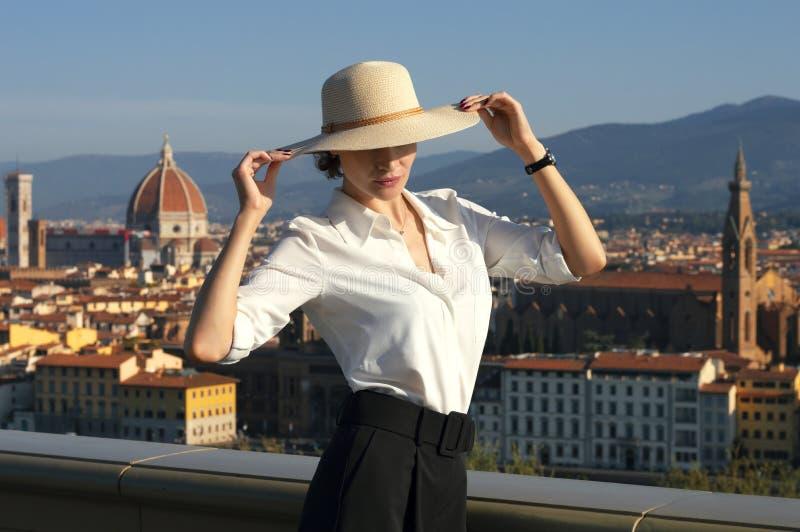 Czarująca Włoszka w stylowym garniturze cieszy się porannym słońcem we Florencji fotografia stock