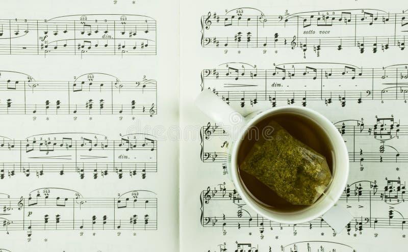 Czas dla herbacianego, muzycznego pojęcia z filiżanką notatki i zdjęcie royalty free