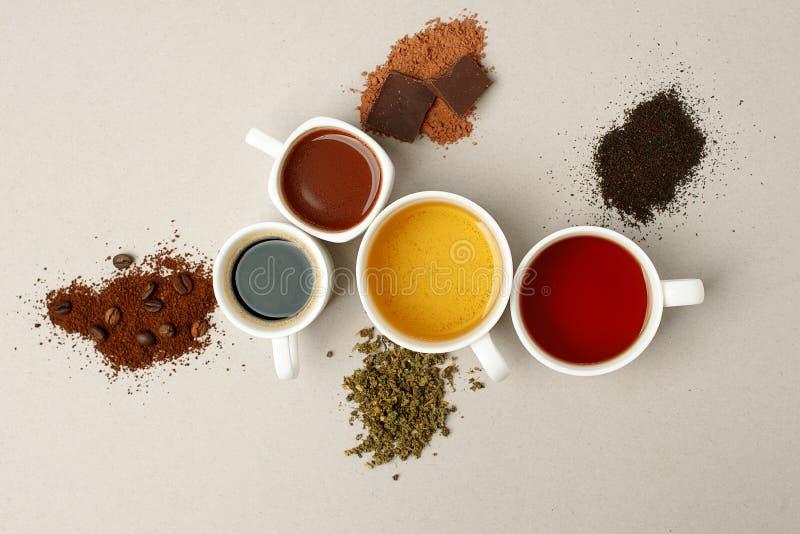 Czas dla kawowej przerwy teatime lub Wiele różne kubków, białych filiżanki zawiera i świeżo warzących, zdjęcia stock
