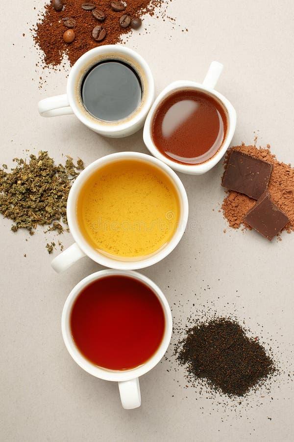 Czas dla kawowej przerwy teatime lub Wiele różne kubków, białych filiżanki zawiera i świeżo warzących, obraz royalty free