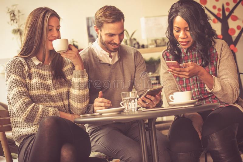 Czas Dla kawy kobieciarz kawowa biznesowej megafonu zespołu fotografia royalty free