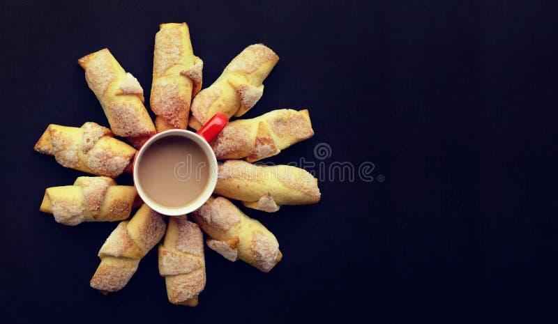 Czas Dla kawy przestań tła rogalik filiżanki kawy sweet Filiżanka kawy/cappuccino i obraz royalty free