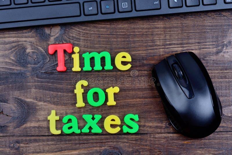 Czas dla podatków słów na stole obrazy royalty free