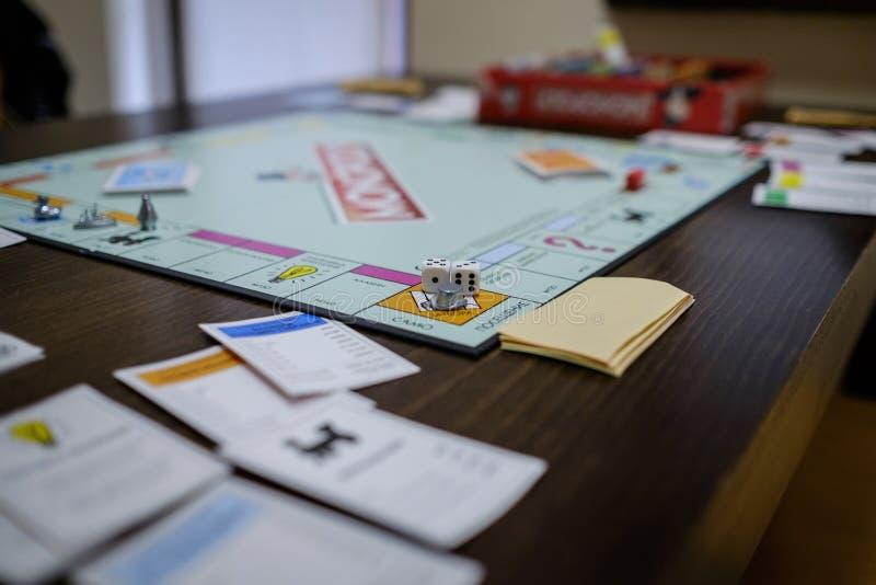 Czas gry planszowej. Monopol na stole 1 zdjęcie royalty free