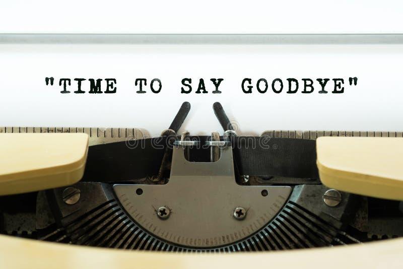 Czas mówić słowo do widzenia pisać na maszynie na żółtym rocznika typewritter pojęcia prowadzenia domu posiadanie klucza złoty si obraz stock