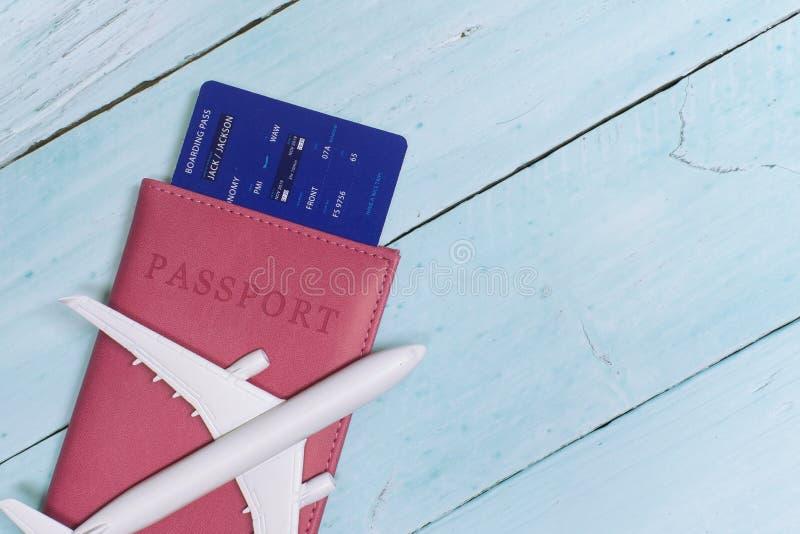 czas podr??y Pomysł dla turystyki z samolotem, paszportem i biletami na błękitnym drewnianym tle, zdjęcia stock
