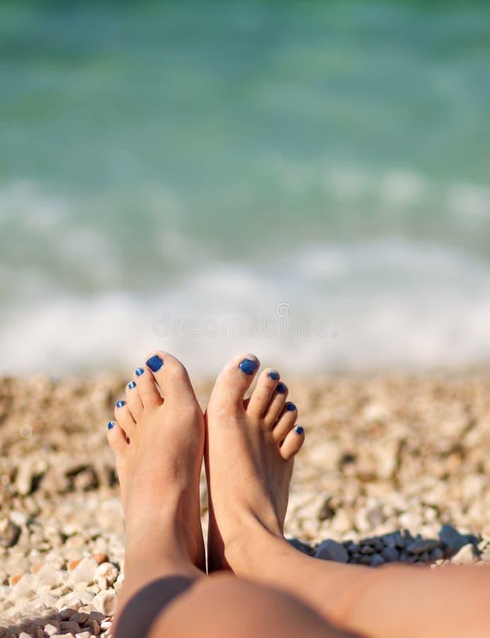 Czas wolny młodej dziewczyny opłata relaksuje przy plażą zdjęcie royalty free