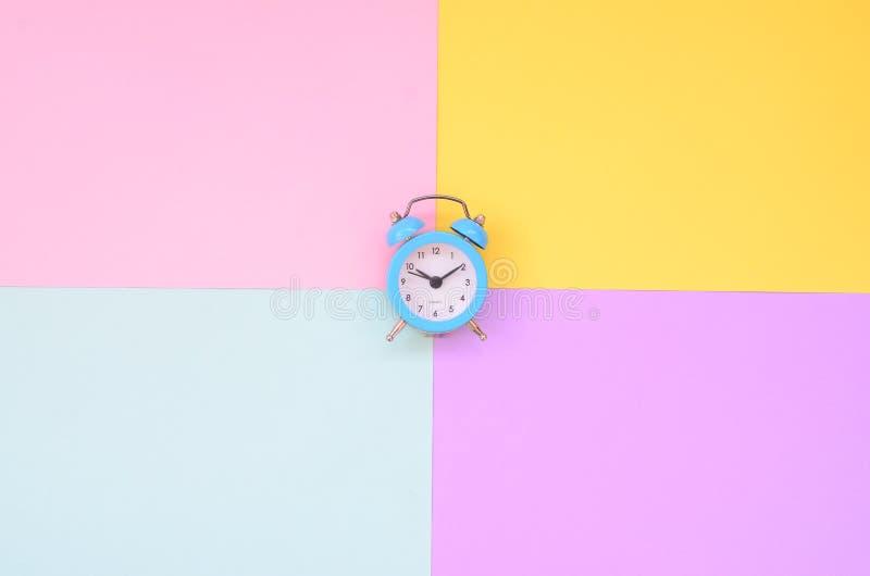 Czas wybierać metafory pojęcie Budzik przy rozdrożami różni kolory zdjęcia royalty free