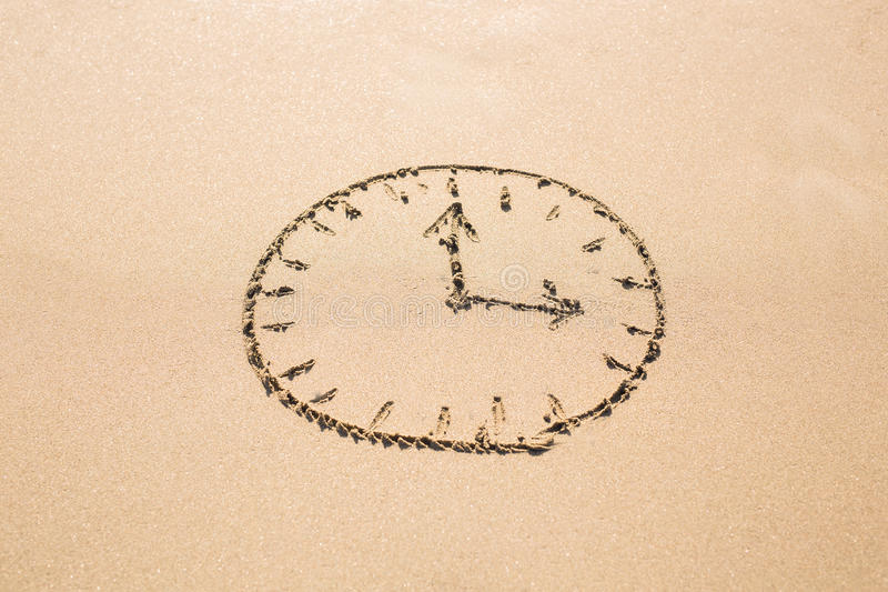 Czasu pojęcie - obrazek zegarowa twarz na piaskowatej plaży zdjęcie royalty free