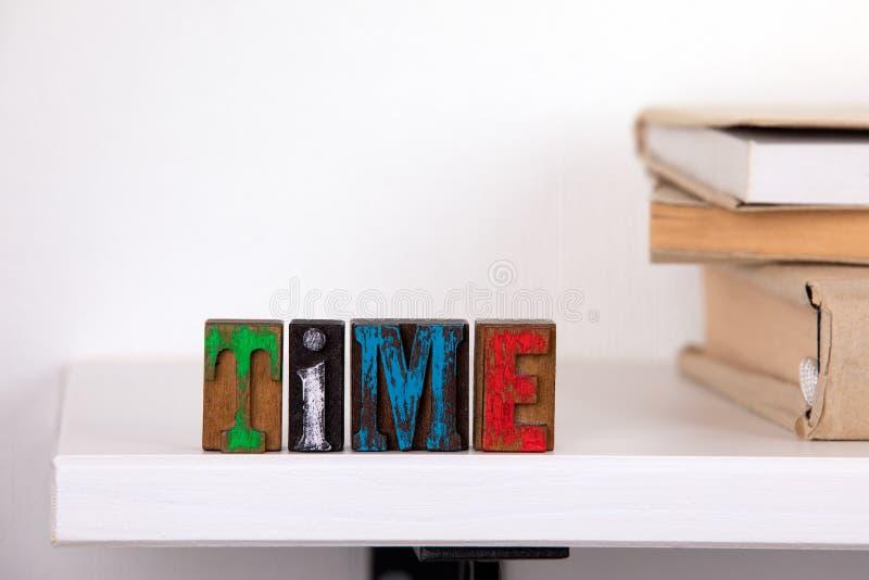 Czasu słowo od barwionych drewnianych listów zdjęcia royalty free