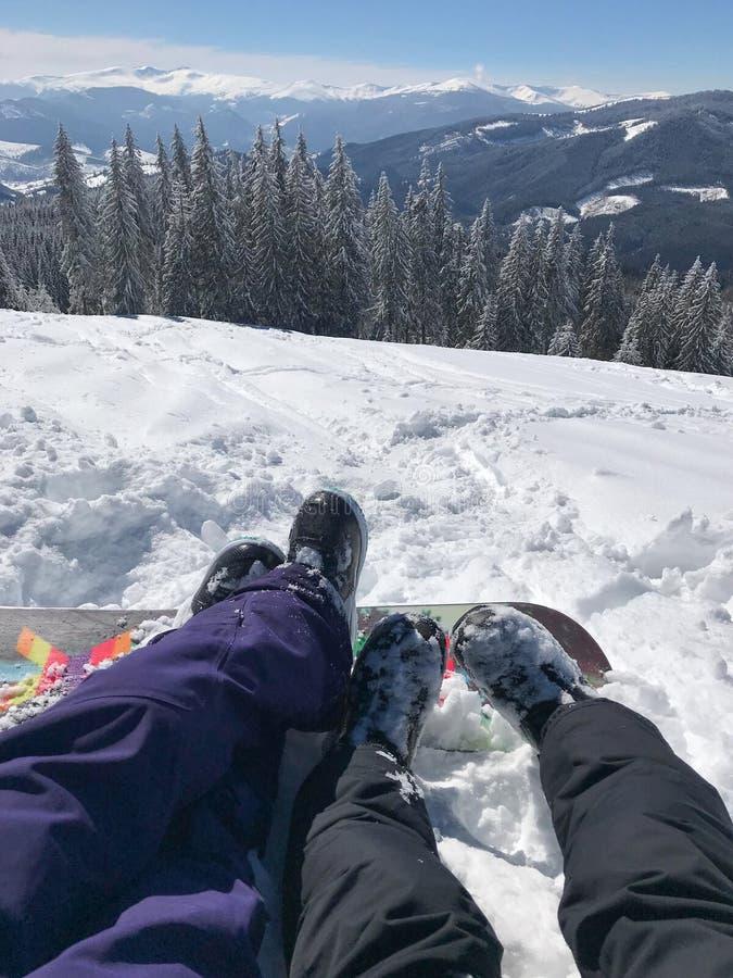 Czasu wolnego wakacje w górach na narta raporcie Nogi pary chłopiec dziewczyna przed pięknym śniegiem i obraz stock