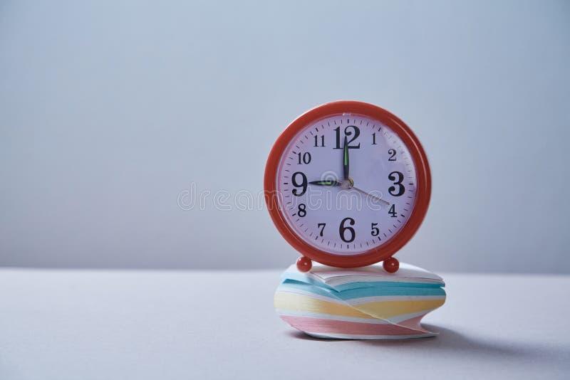 Czasu zarządzania ostateczny termin i rozkładu pojęcie: budzik i kleiste notatki obraz royalty free