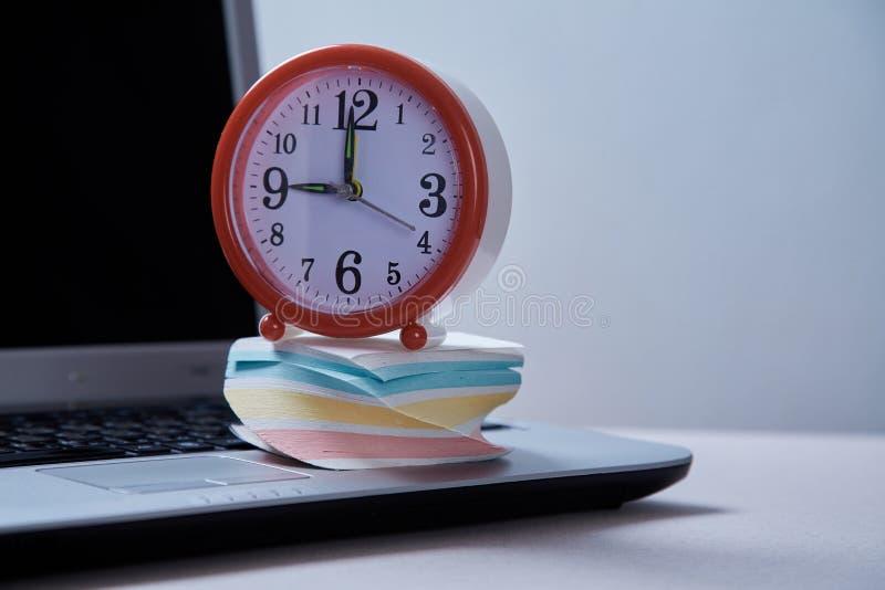 Czasu zarządzania ostateczny termin i rozkładu pojęcie: budzik, laptop i kleiste notatki obrazy royalty free