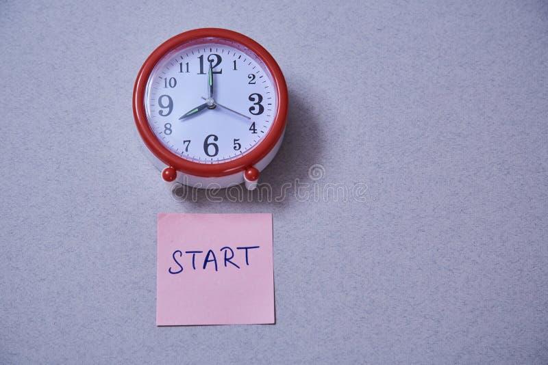 Czasu zarządzania ostateczny termin i rozkładu pojęcie: budzik i majchery z różnymi inskrypcjami zdjęcia stock