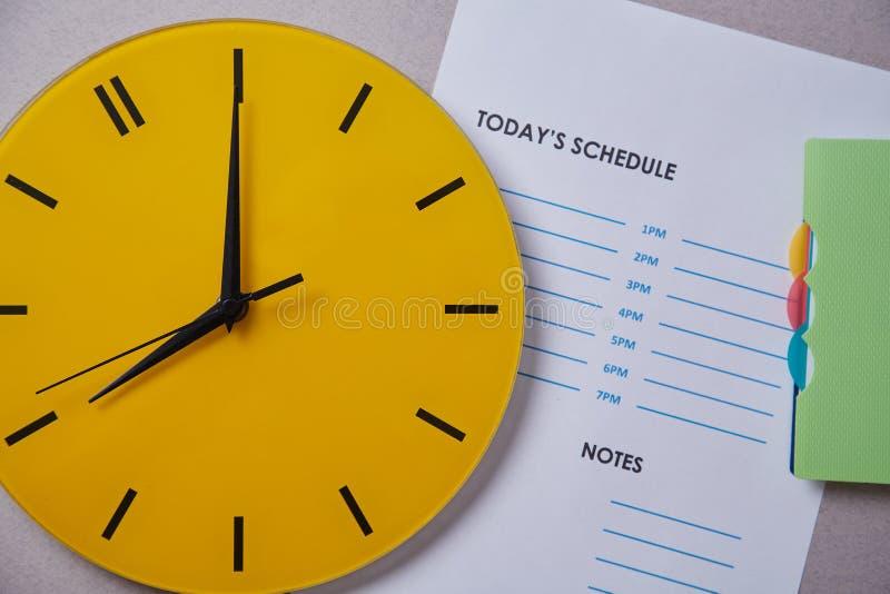Czasu zarządzania ostateczny termin i rozkładu pojęcie: koloru żółtego zegar na tle rozkład zdjęcie royalty free