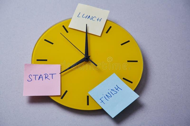 Czasu zarządzania ostateczny termin i rozkładu pojęcie: koloru żółtego zegar zakrywający z majcherami obraz royalty free