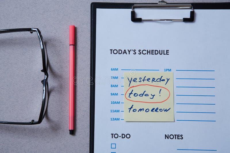 Czasu zarządzania ostateczny termin i rozkładu pojęcie: planuje prześcieradło i majcheru z inskrypcją na popielatym tle zdjęcia stock