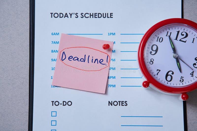 Czasu zarządzania ostateczny termin i rozkładu pojęcie: ręcznie robiony zegar na popielatym tle zdjęcia royalty free