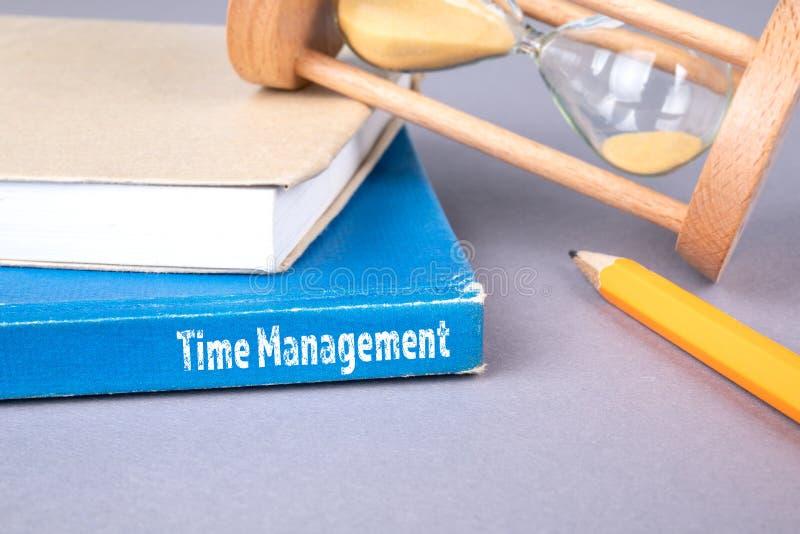 Czasu zarządzania pojęcie błękitna książka na szarym biuro stole fotografia stock