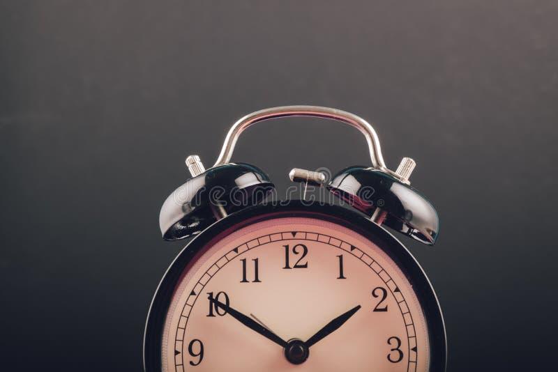 Czasu zarządzania pojęcie, budzik na ciemnym tle zdjęcie stock