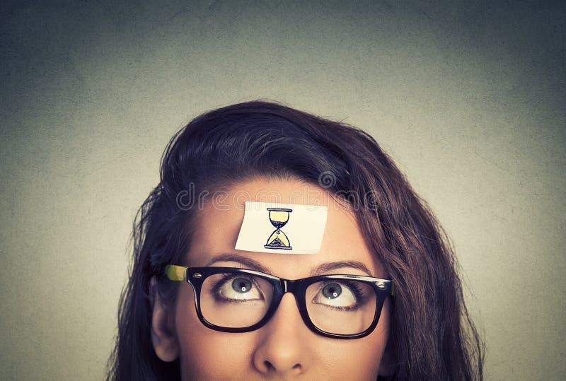 Czasu zarządzanie młoda kobieta z piaska zegaru znakiem obrazy royalty free