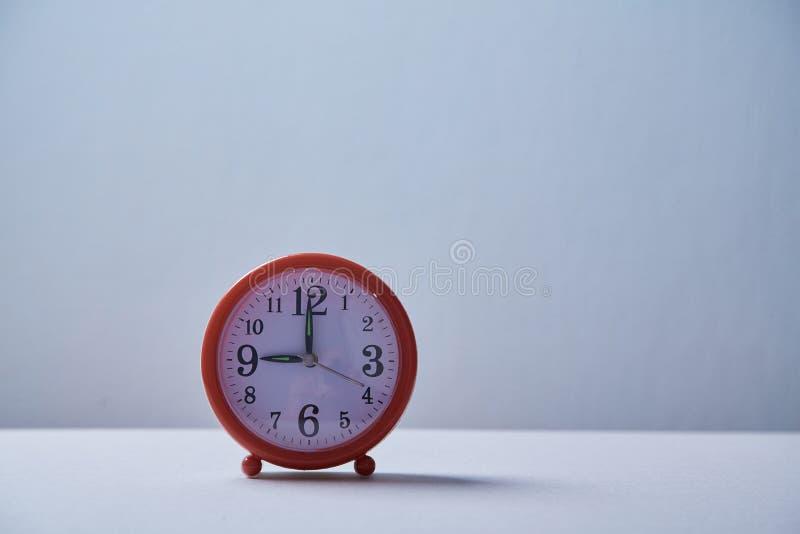 Czasu zarządzanie, ostateczny termin i rozkładu pojęcie: budzik na błękitnym tle fotografia royalty free