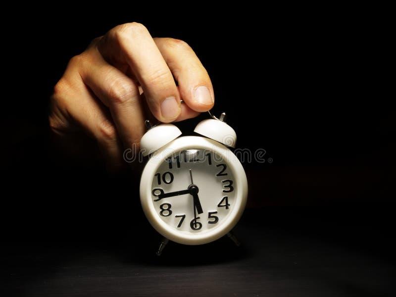 Czasu zarządzanie Ręka trzyma budzika obraz stock