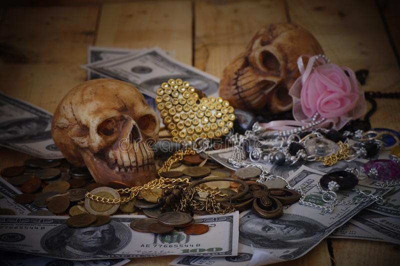 Czaszka na banknocie i monecie obraz royalty free