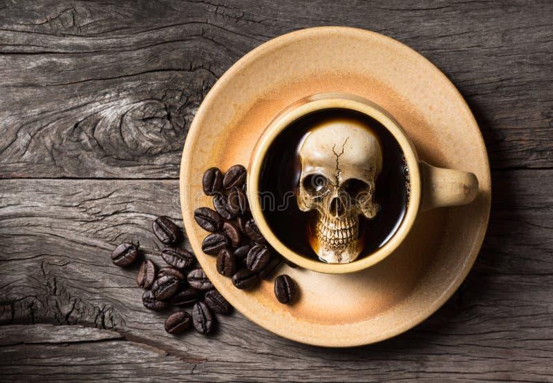 Czaszka namok w kawie zdjęcie royalty free