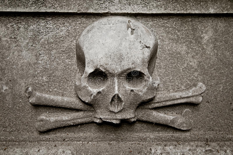 Czaszka przy gravestone zdjęcie royalty free