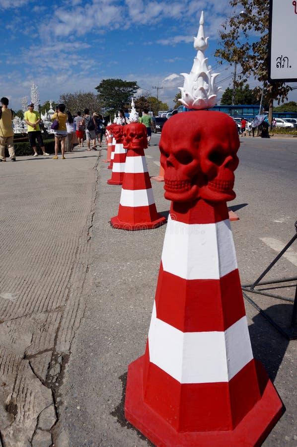 Czaszka ruchu drogowego rożek przy Wata pierścionkiem Kung w Chiang Raja obraz stock