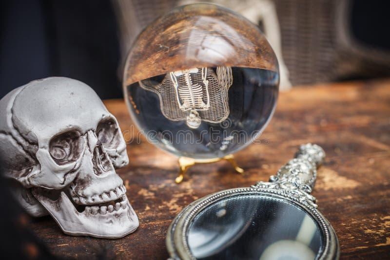 Czaszka, stary lustro i kryształowa kula z odbicie koścem, zdjęcia stock