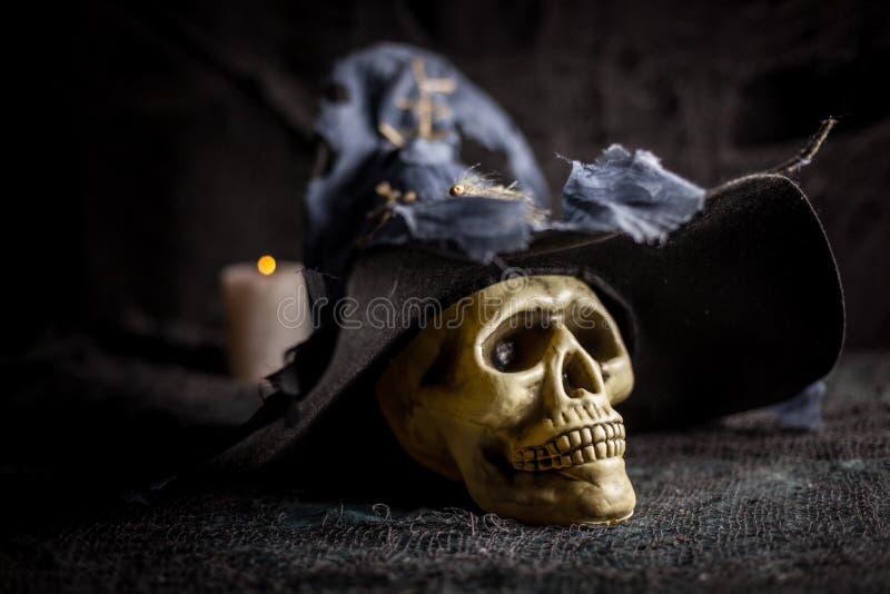 Czaszka w szarym czarownica kapeluszu zdjęcia royalty free