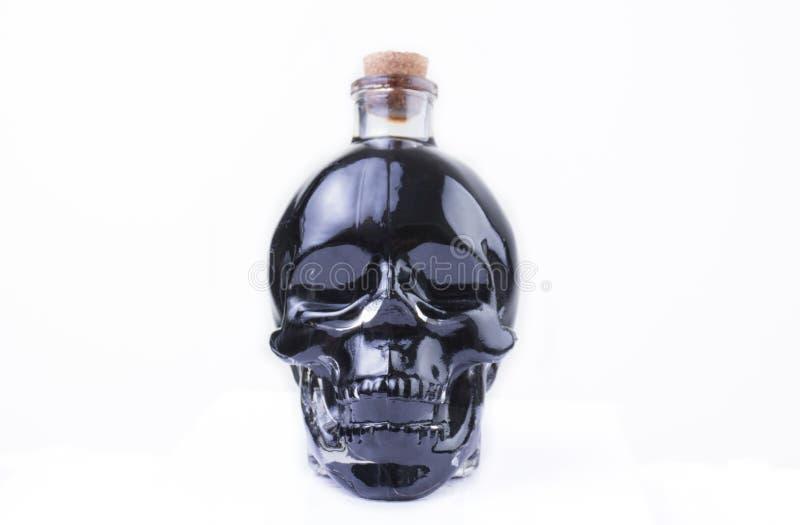 Czaszki Szklana butelka z czarnym cieczem obraz stock