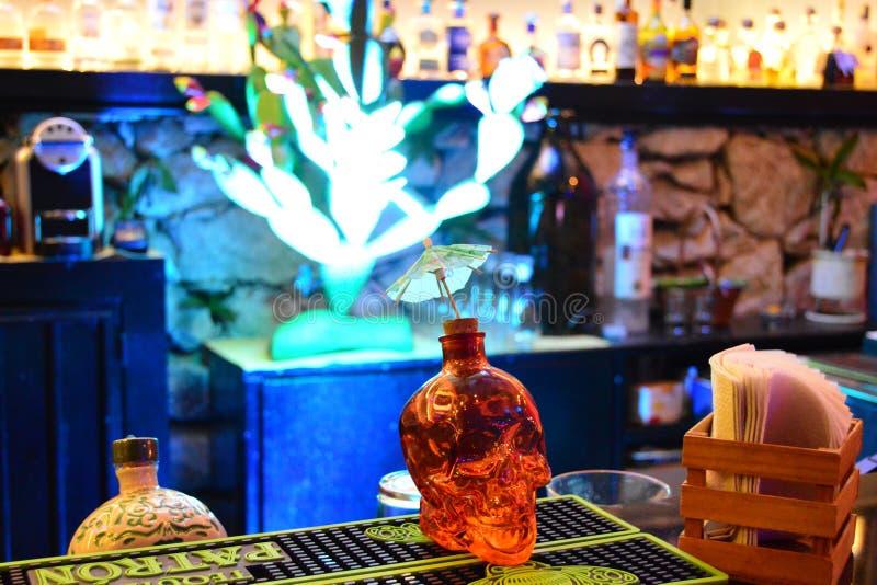 Czaszki tequilla butelka w barze obrazy stock