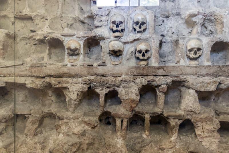 Czaszki wierza Cel Kula- budował od 3000 czaszek nieżywi Serbscy wojownicy po powstania w 1809 w mieście Nis, Serbia zdjęcie stock